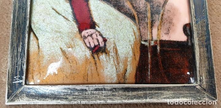 Arte: JOVEN SENTADA. ESMALTE SOBRE METAL. MARCO DE PLATA. COPIA DE R. CASAS. SIGLO XX. - Foto 6 - 161744998
