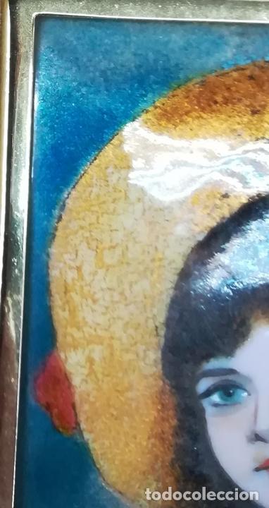 Arte: CUADRO CON ESMALTE. REPRODUCCIÓN DE UNA NIÑA CON SOMBRERO. BARCELONA. SIGLO XX. - Foto 2 - 171002484