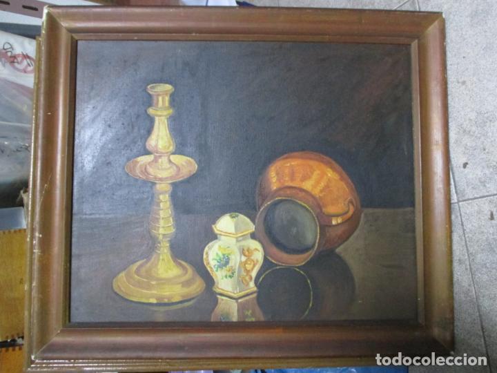 ANTIGUO OLEO SOBRE LIENZO. NATURALEZA MUERTA. CANDELABRO, JARRA. ENMARCADO. 71 X 60 CENTÍMETROS. (Arte - Pintura - Pintura al Óleo Antigua sin fecha definida)