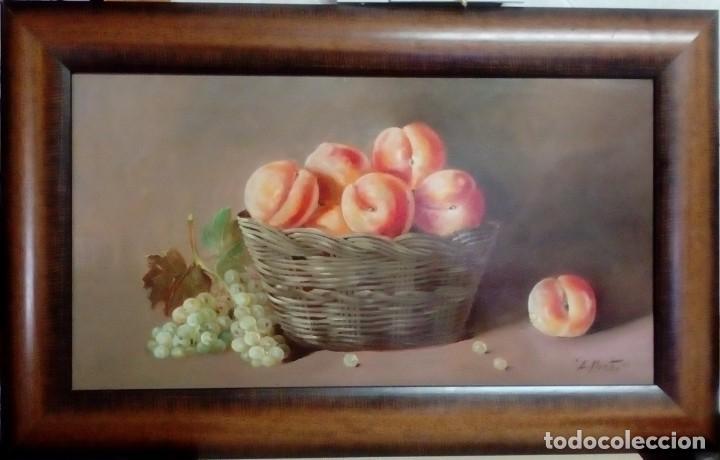 BODEGÓN. CANASTO DE MELOCOTONES Y UVAS. ENRIQUE MONTES. ÓLEO SOBRE TABLA. (Arte - Pintura - Pintura al Óleo Contemporánea )