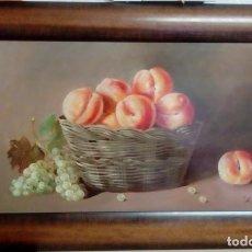 Arte: BODEGÓN. CANASTO DE MELOCOTONES Y UVAS. ENRIQUE MONTES. ÓLEO SOBRE TABLA.. Lote 149906166