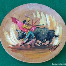 Arte: ANTIGUA PINTURA AL OLEO ESCENA DE TAUROMAQUIA SOBRE PLATO DE MADERA, FIRMADO.. Lote 165364462