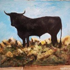 Arte: OLEO SOBRE LIENZO PEGADO A PANEL, TORO EN EL CAMPO, FIRMA ILEGIBLE. SIN ENMARCAR. 46X40CM. Lote 187118812