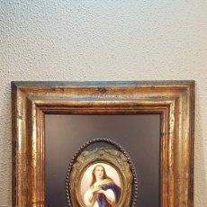 Arte: FINA MINIATURA DE IMAGEN DE LA VIRGEN PINTADA A MANO SOBRE PORCELANA OVAL CON ORLA DE LATÓN. S. XIX. Lote 201323103