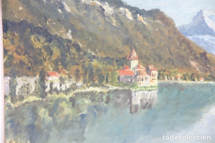 Arte: Oleo sobre lienzo paisaje bucólico de palacete o pueblo junto a lago y entre montañas. Firmado. - Foto 2 - 215248922