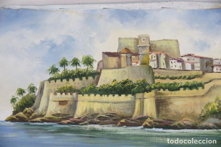 Arte: Oleo sobre tela, paisaje de pueblo costero con muralla y castillo. Posiblemente Peñíscola. Firmado. - Foto 2 - 215253801