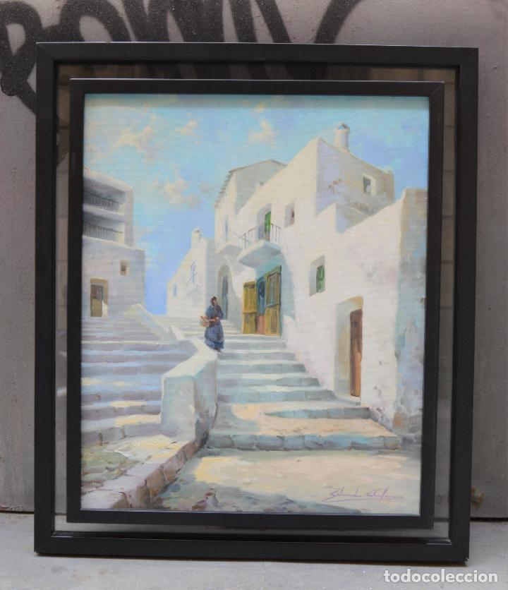 PUEBLO COSTERO, CALLE CON ESCALERAS Y MUJER, PINTURA AL ÓLEO SOBRE TELA, FIRMA ILEGIBLE, CON MARCO. (Arte - Pintura - Pintura al Óleo Contemporánea )