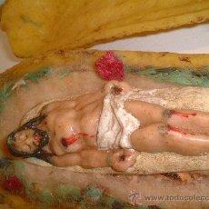 Arte: CURIOSA REPRESENTACION EN CERA DEL CRISTO YACENTE SG.XIX. SOBRE MAZORCA DE MAIZ. 20 X 7 CM.. Lote 10490614