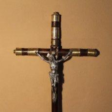 Arte: CRISTO CRUCIFICADO CRUZ CILINDRICA CON ADORNOS DE METAL EN SU TIEMPO CON BAÑO DE PLATA YA DESGASTADO. Lote 45155699