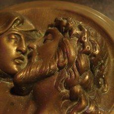 Arte: MUY DELICADA IMAGEN DE JESÚS Y MARÍA EN PLACA EN BRONCE EXCELENTES DETALLES 1KG CIRCA 1940. Lote 44117001