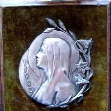 Arte: ART NOUVEAU, VIERGE AU LYS, RELIEVE EN METAL CON BAÑO DE PLATA FIRMADA PONCET. Lote 49683102