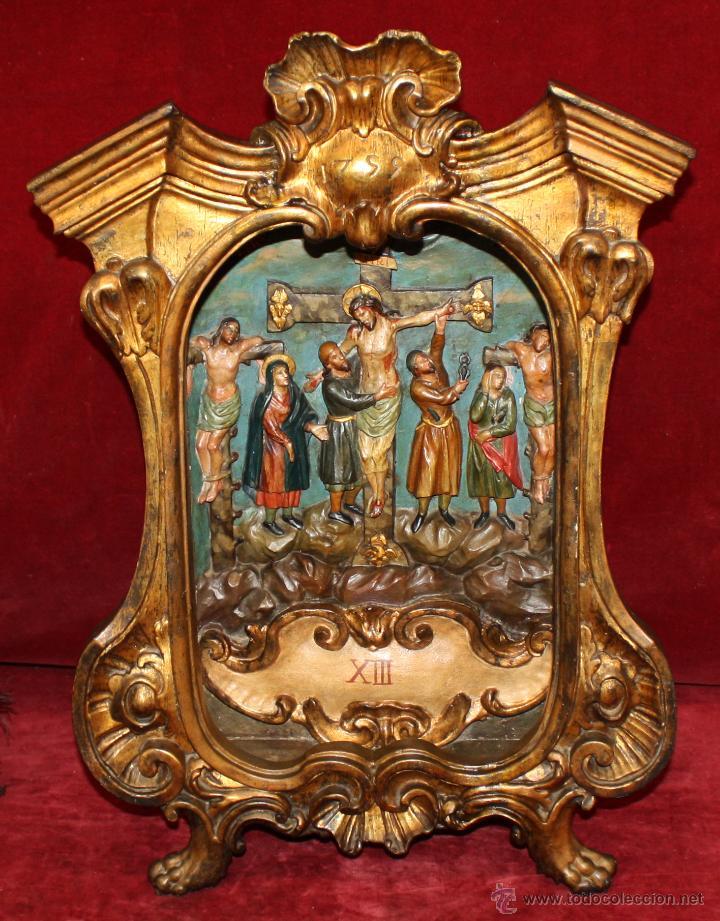 LA CRUCIFICCIÓN DE JESÚS. GRAN URNA TIPO CAPILLA DEL SIGLO XVIII EN MADERA TALLADA Y POLICROMADA (Arte - Arte Religioso - Escultura)