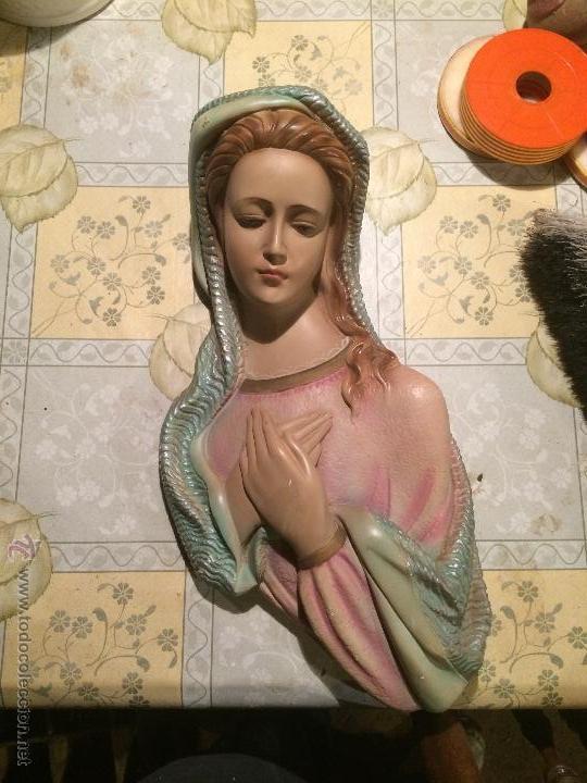 ANTIGUA VIRGEN MARIA CON NIÑO JESUS EN YESO PARA COLGAR EN EL CABEZAL DE CAMA AÑOS 50-60 (Arte - Arte Religioso - Escultura)