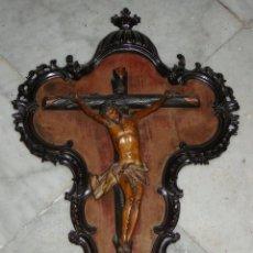 Arte: CRUCIFIJO DE CEDRO. S.XVIII. TALLA DE MADERA. CON CORNUCOPIA COMPLETAMENTE TALLADA EN MADERA.. Lote 53881809