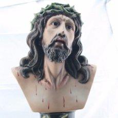 Arte: ESCULTURA / BUSTO DE CRISTO CON CORONA DE ESPINAS - YESO O PASTA CARTÓN MADERA Y OJOS DE CRISTAL. Lote 88262959