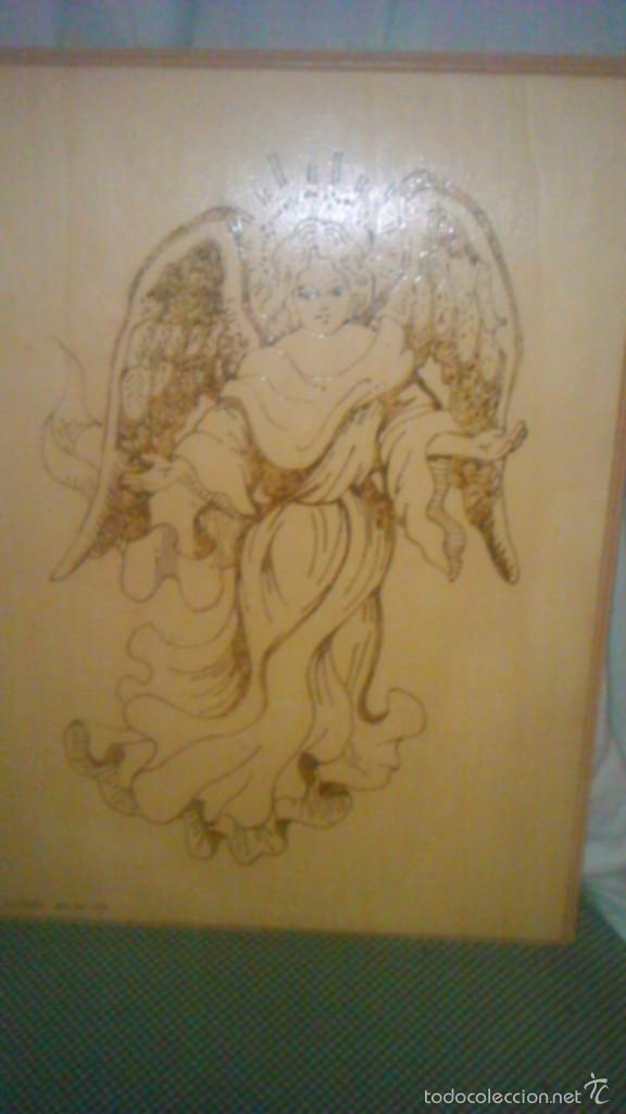 RETABLO DE MADERA CON IMAGEN DE ÁNGEL GABRIEL GRABADO EN LA MADERA Y PINTADO A MANO. FIRMADO RAFAEL (Arte - Arte Religioso - Retablos)