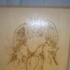 Arte: RETABLO DE MADERA CON IMAGEN DE ÁNGEL GABRIEL GRABADO EN LA MADERA Y PINTADO A MANO. FIRMADO RAFAEL. Lote 204736716