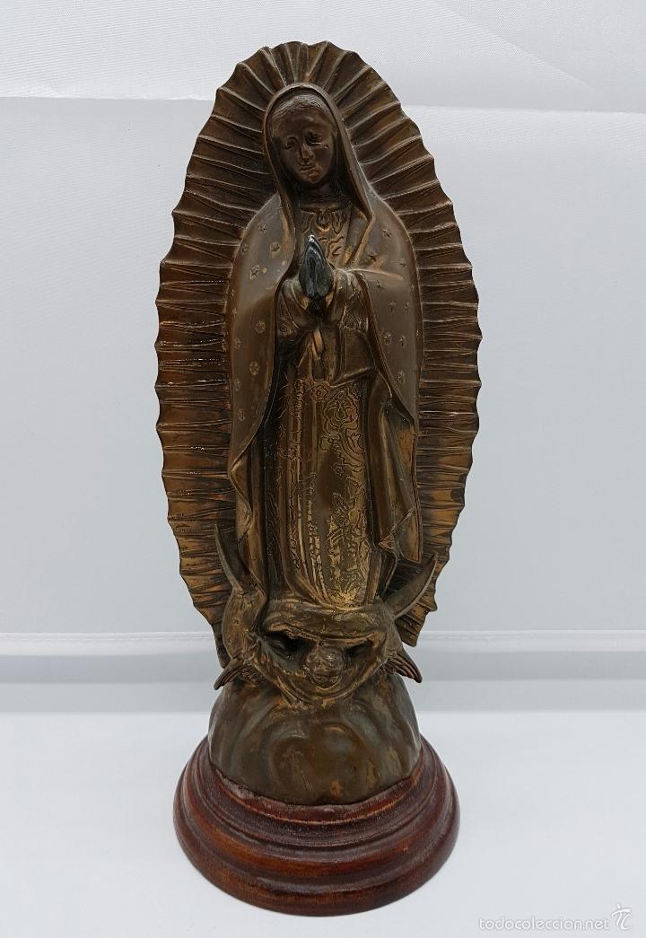 ANTIGUA IMAGEN DE LA VIRGEN MARÍA EN METAL SOBRE PEANA DE MADERA . (Arte - Arte Religioso - Escultura)