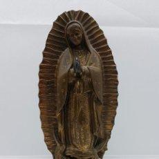 Arte: ANTIGUA IMAGEN DE LA VIRGEN MARÍA EN METAL SOBRE PEANA DE MADERA .. Lote 63410924