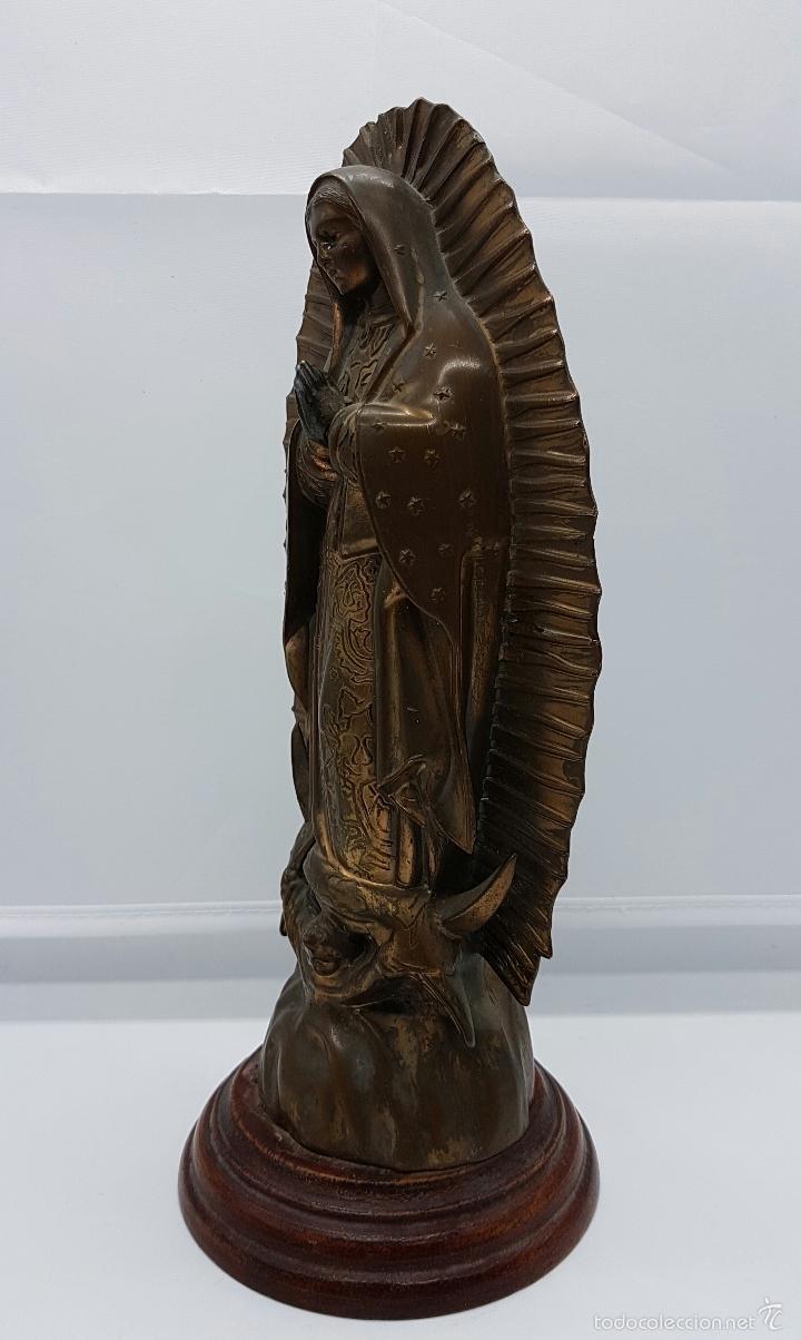 Arte: Antigua imagen de la virgen María en metal sobre peana de madera . - Foto 2 - 63410924