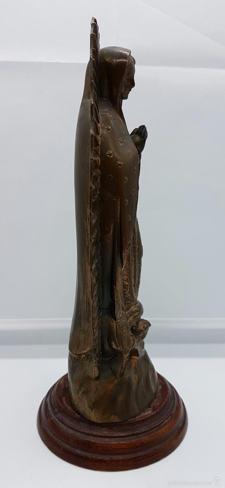 Arte: Antigua imagen de la virgen María en metal sobre peana de madera . - Foto 4 - 63410924