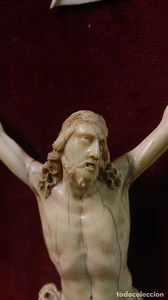 Arte: Cristo de marfil sobre terciopelo rojo, siglo XIX - Foto 2 - 67162397