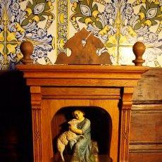 Arte: BUEN PASTOR. NIÑO JESUS CON CORDERO. OLOT. C 1920.URNA ROBLE Y CRISTAL. Lote 82036016