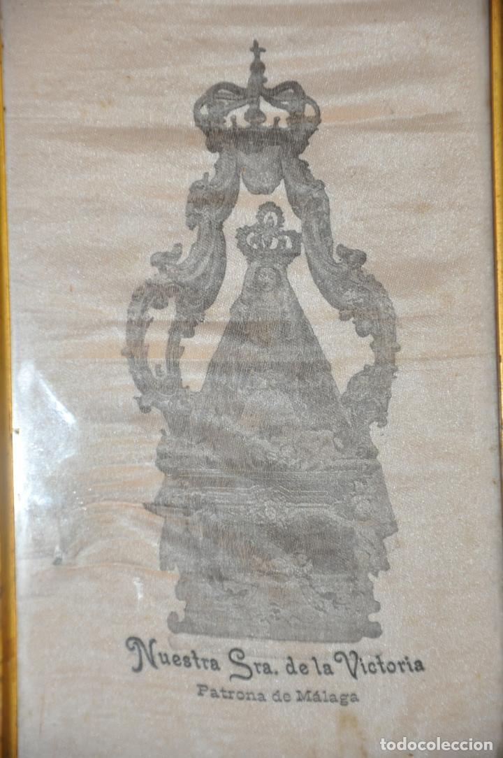 Arte: MUY ANTIGUA ESTAMPACIÓN SOBRE SEDA DE LA VIRGEN DE LA VICTORIA DE MALAGA , ENMARCADA - Foto 2 - 83493656
