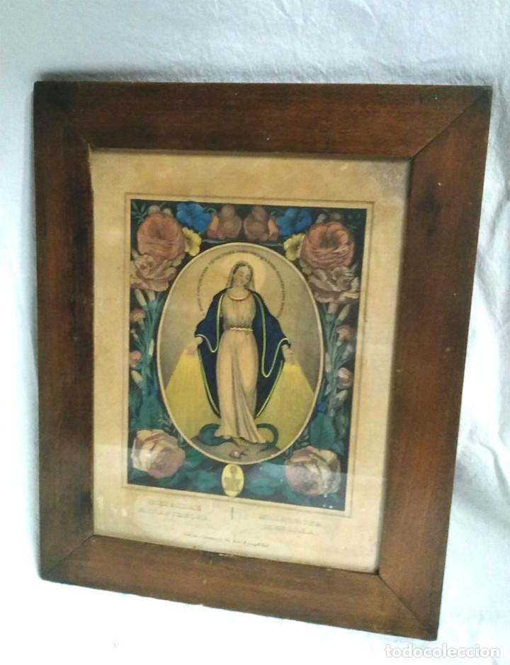 VIRGEN MEDALLA MILAGROSA GRABADO COLOREADO S XIX, MARCO MADERA DE NOGAL. MED. 26,50 X 33 CM (Arte - Arte Religioso - Grabados)