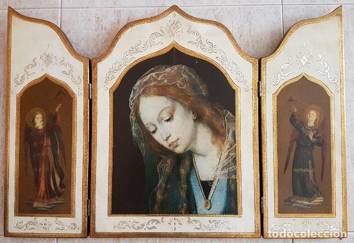 BELLO TRÍPTICO ANTIGUO CON LITIGRAFÍAS RELIGIOSAS EN MADERA CON ACABADOS EN ESTUCO Y ORO . (Arte - Arte Religioso - Trípticos)