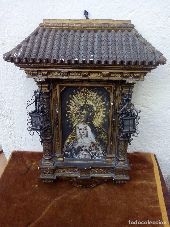 RETABLO DE VIRGEN CON FORMA DE TEJADO DE YESO Y LUCECITAS (Arte - Arte Religioso - Retablos)