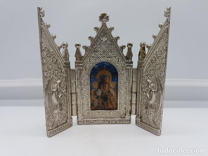ANTIGUO TRIPTICO RELIGIOSO EN METAL CON LA VIRGEN DEL PILAR MUY BONITA PIEZA DE ESTILO GÓTICO (Arte - Arte Religioso - Trípticos)