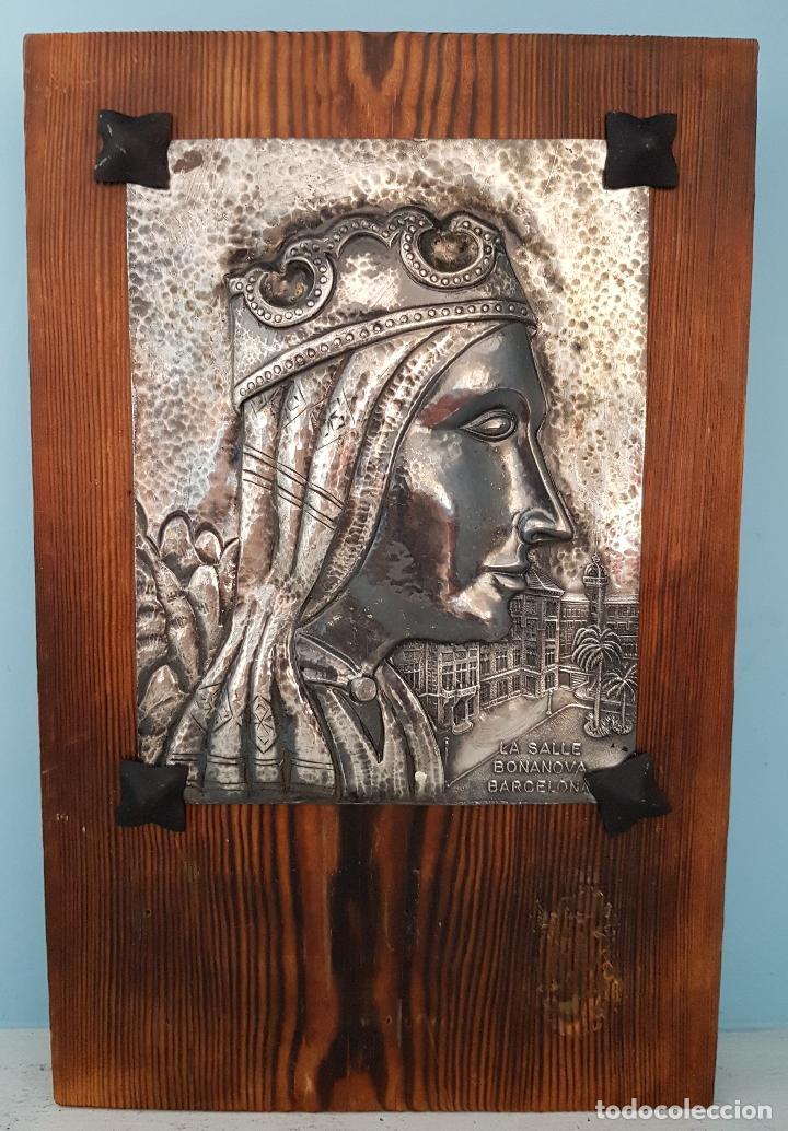 ANTIGUA IMAGEN DE NUESTRA SEÑORA DE MONTSERRAT EN PLACA REPUJADA A MANO LAMINADA EN PLATA DE LEY . (Arte - Arte Religioso - Grabados)