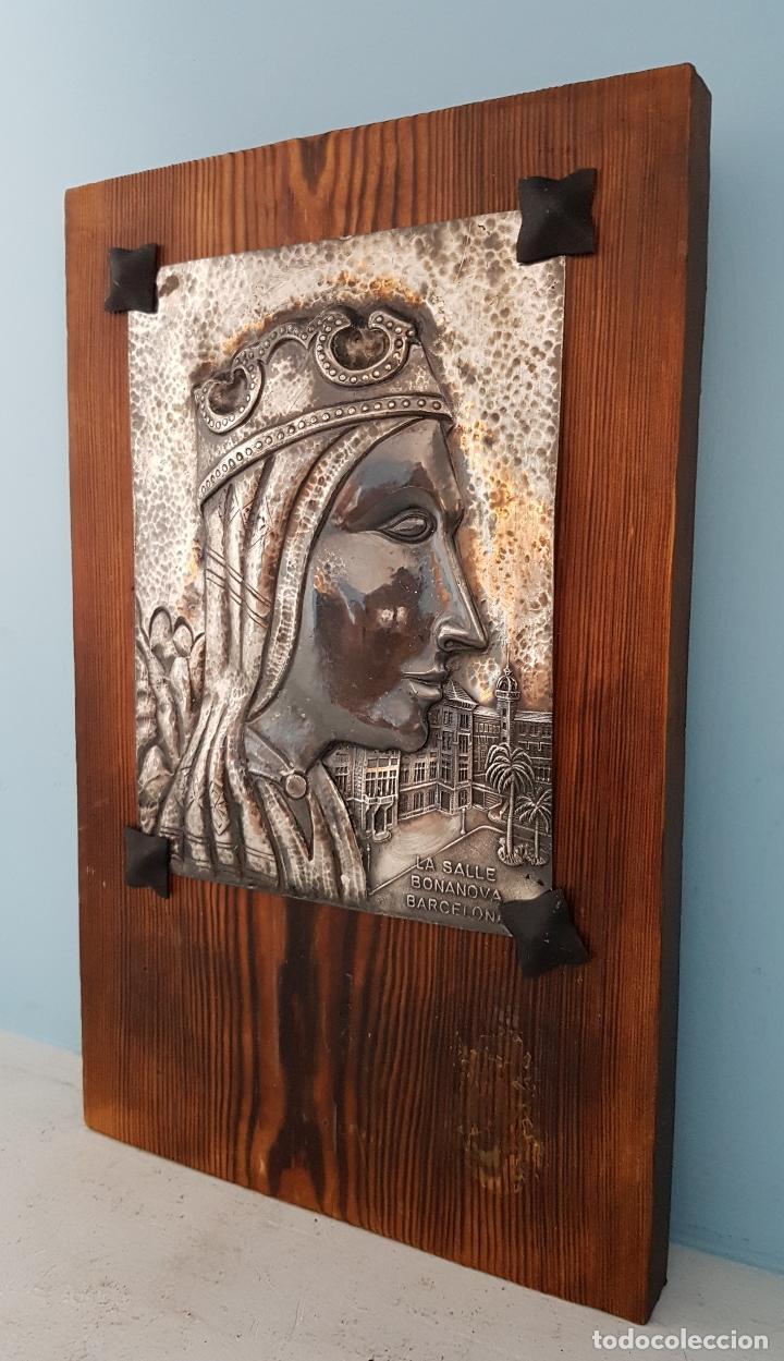 Arte: Antigua imagen de Nuestra Señora de Montserrat en placa repujada a mano laminada en plata de ley . - Foto 2 - 93863070