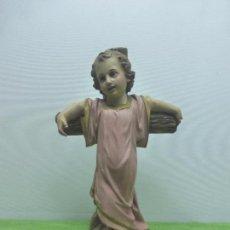 Arte: PRECIOSA ESCULTURA NIÑO JESÚS EN LA CRUZ. SELLO ARTE CRISTIANO OLOT. PASTA MADERA OJOS CRISTAL-S.XX-. Lote 94330230
