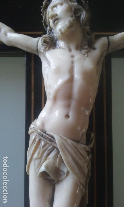 CRUCIFIJO MADERA Y MARQUETERIA, Y CRISTO EN MARFIL 16 CM PIES A CABEZA (Arte - Arte Religioso - Escultura)