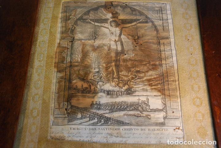 MUY ANTIGUO GRABADO DE LA YMAGEN DEL SANTISIMO CHRISTO DE BALAGUER - GRAN MARCO DE NOGAL - BORDADO - (Arte - Arte Religioso - Grabados)