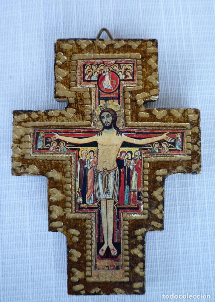 ICONO EN MADERA REPUJADA FORMA DE CRUZ, CRISTO CRUCIFICADO 9.5 CMS. (Arte - Arte Religioso - Iconos)