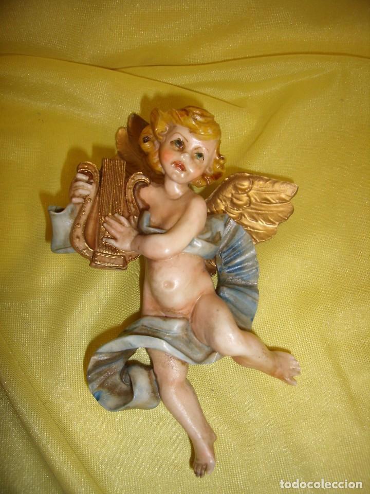 ÁNGEL CON LIRA, PARA COLGAR, AÑOS 80, POLICROMADO, MEDIDAS 19 X 12 CM, NUEVO SIN USAR. (Arte - Arte Religioso - Escultura)