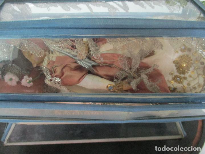 Arte: Virgen Yacente - Santa - Talla de Madera - Bordado en Hilo Dorado - Relicario -Fanal de Cristal -XIX - Foto 7 - 103409715