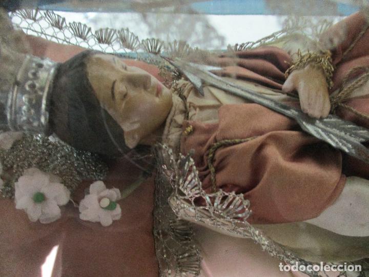 Arte: Virgen Yacente - Santa - Talla de Madera - Bordado en Hilo Dorado - Relicario -Fanal de Cristal -XIX - Foto 8 - 103409715