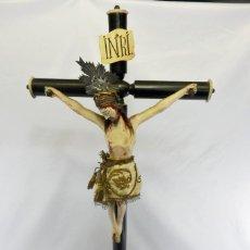 Arte: BELLÍSIMO CRISTO ISABELINO TALLA DE MADERA, PAÑO DE SEDA CON BORDADOS EN HILOS DE ORO.. Lote 104938339