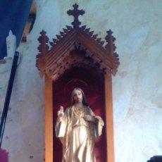 Arte: CRISTO DEL SAGRADO CORAZON EN CAPILLA DE MADERA 1M. Lote 71471299