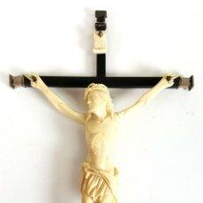 Arte: CRISTO CRUCIFICADO. HUESO TALLADO. CRUZ DE EBANO Y PLATA. SIGLO XIX.. Lote 109253047