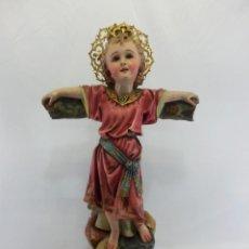 Arte: NIÑO JESÚS CON CRUZ. ESCULTURA EN ESTUCO POLICROMADO. FINES SIGLO XIX.. Lote 109558303