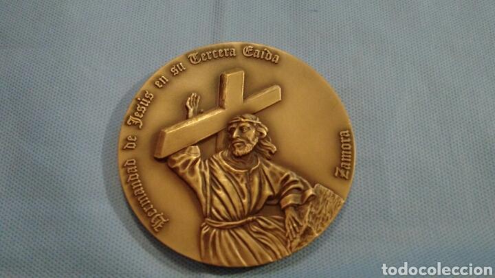 METOPA DE BRONCE PULIDO, JESÚS EN SU TERCERA CAÍDA, ZAMORA, CINCUENTENARIO 1943-1992 (Arte - Arte Religioso - Iconos)