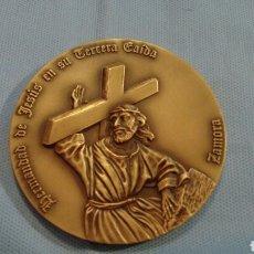 Arte: METOPA DE BRONCE PULIDO, JESÚS EN SU TERCERA CAÍDA, ZAMORA, CINCUENTENARIO 1943-1992. Lote 111065243