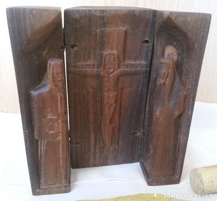 TALLA RELIGIOSA TALLADA EN TRÍPTICO DE MADERA. AÑOS 50. (Arte - Arte Religioso - Trípticos)