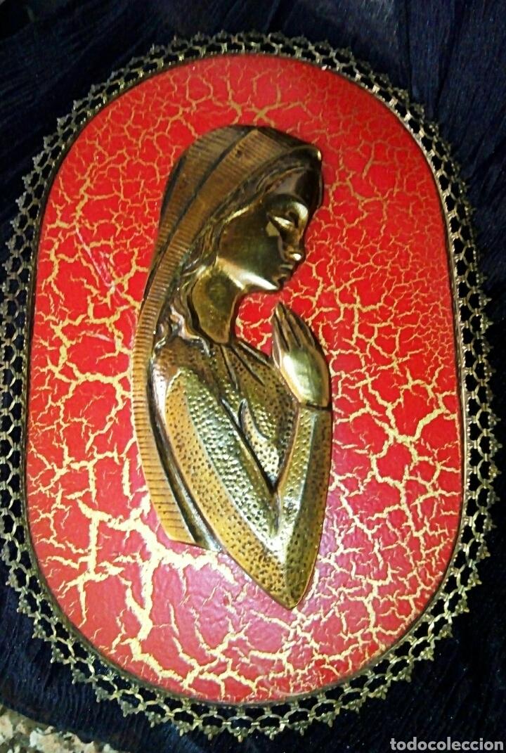 RETABLO VIRGEN NIÑA. REALIZADO EN MADERA POLICROMADA Y BRONCE DORADO. MARCO RIBETEADO EN BRONCE. (Arte - Arte Religioso - Retablos)
