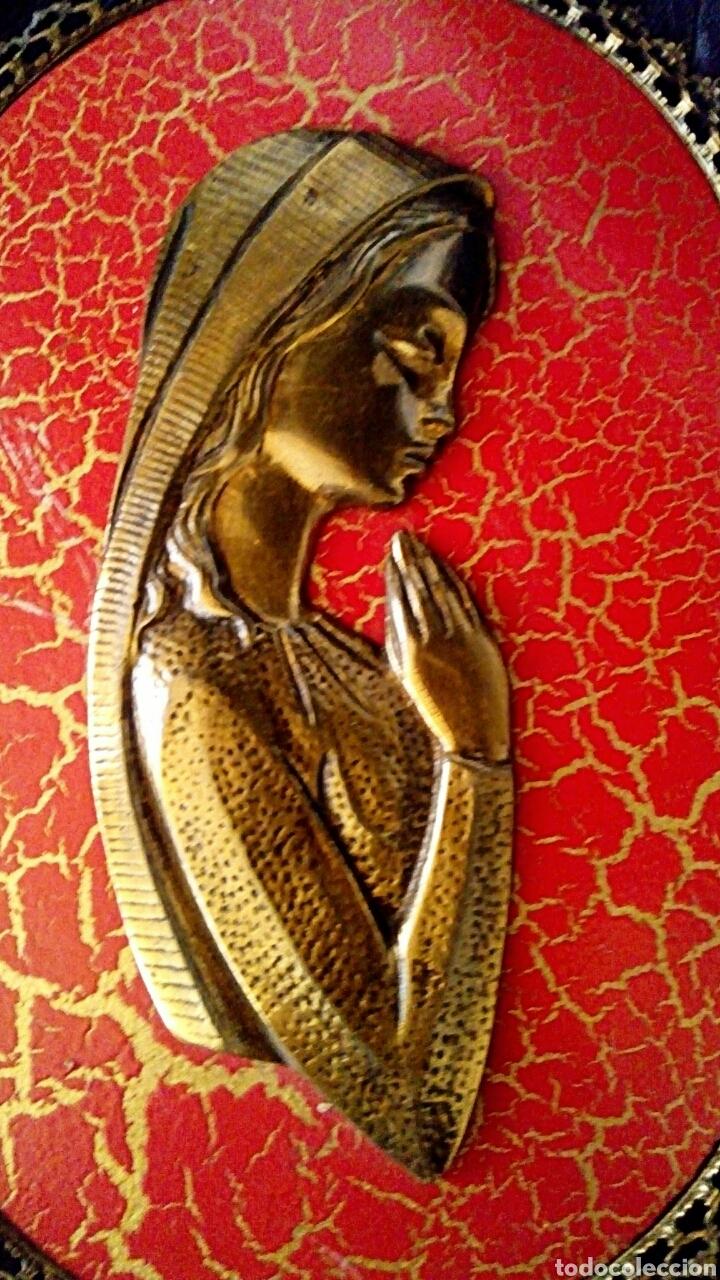 Arte: Retablo Virgen niña. Realizado en madera policromada y bronce dorado. Marco ribeteado en bronce. - Foto 3 - 114004988